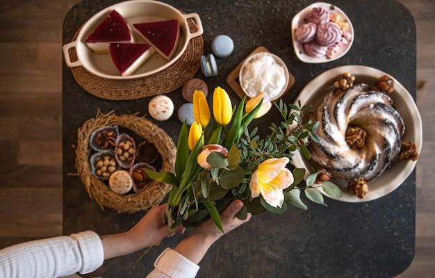 Сервировка стола для завтрака или бранча из полезных ингредиентов для вкусной пасхальной трапезы с друзьями и семьей за столом. понятие о празднике пасхи и семейных ценностях.