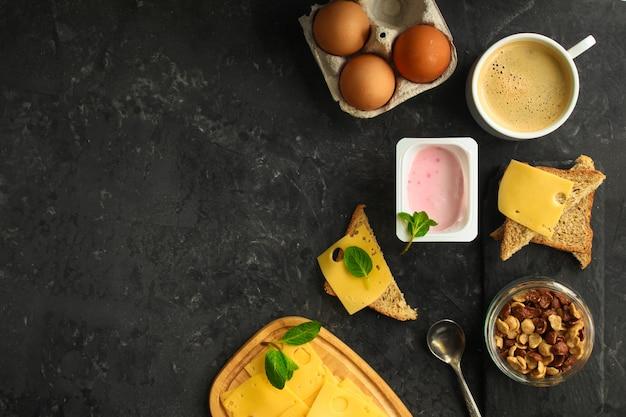 朝食または軽食(コーヒー、ヨーグルト、チーズ、サンドイッチ、コーンフレークなど)。食品の背景