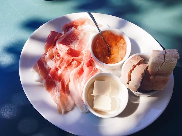 여름 햄 잼 버터와 햄 야외에서 아침 식사