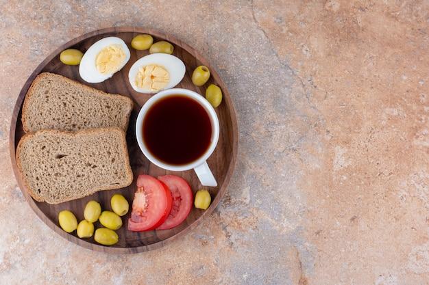 빵과 차 한잔으로 구성된 아침 식사 팔레트