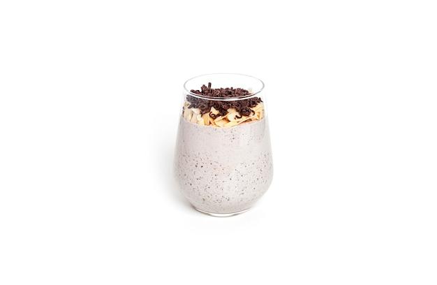 グラノーラ、チョコレート、ヨーグルトをグラスに入れた朝食パフェ。グラスにデザートを重ねます。