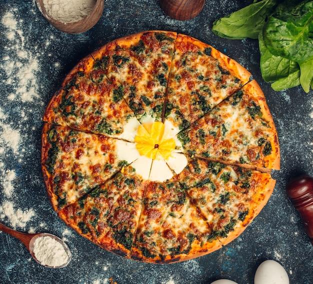 페스토 소스와 계란 위로 맑은 아침 식사 피자