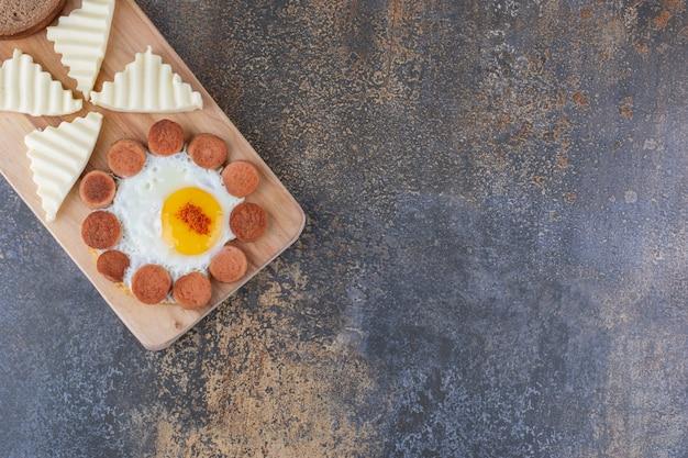 계란 프라이, 소시지 및 기타 재료를 곁들인 아침 식사 플래터