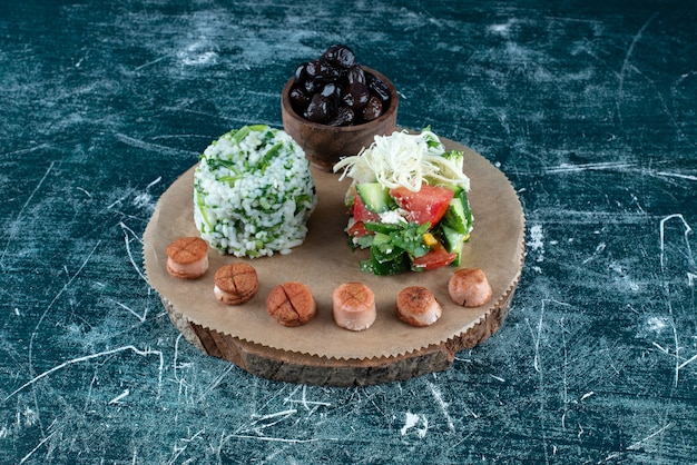 샐러드와 사이드 재료로 구성된 아침 식사 플래터. 고품질 사진