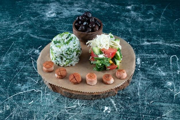 샐러드와 사이드 재료로 구성된 아침 식사 플래터.