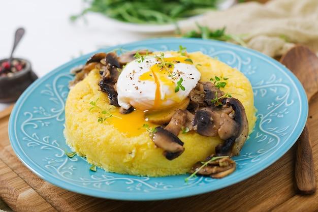 朝ごはん。キノコとポーチドエッグを入れたポレンタ。