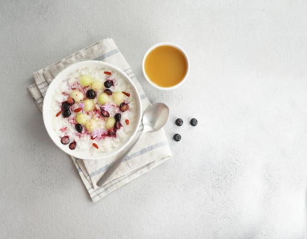 Завтрак рисовая каша с медом и дыней, ягоды