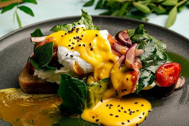 ポーチドエッグとオランデーズソースの朝食サンドイッチ