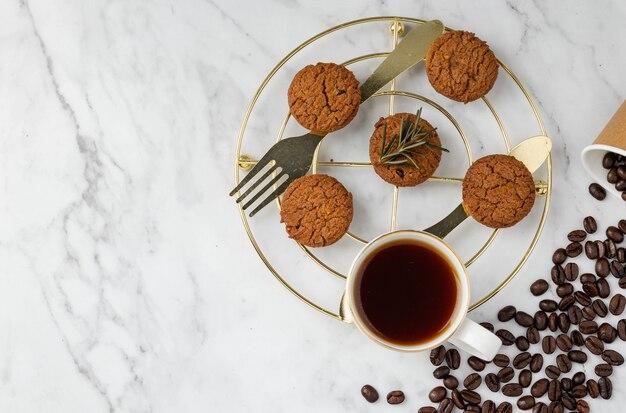 朝食セットクッキーとコーヒーを花崗岩のテーブルの背景にコピースペース上面図フラットレイ