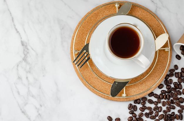 コピースペースと花崗岩のテーブルの背景に朝食セットクッキーとコーヒー