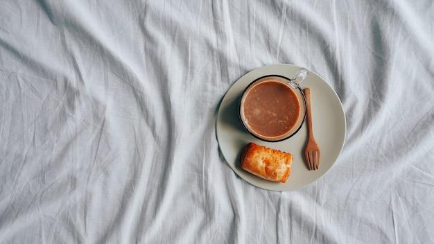 ホットチョコレートと小さなパイのパフの朝食セット。