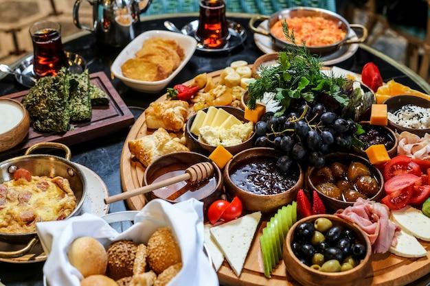 Set colazione con disposizione del cibo