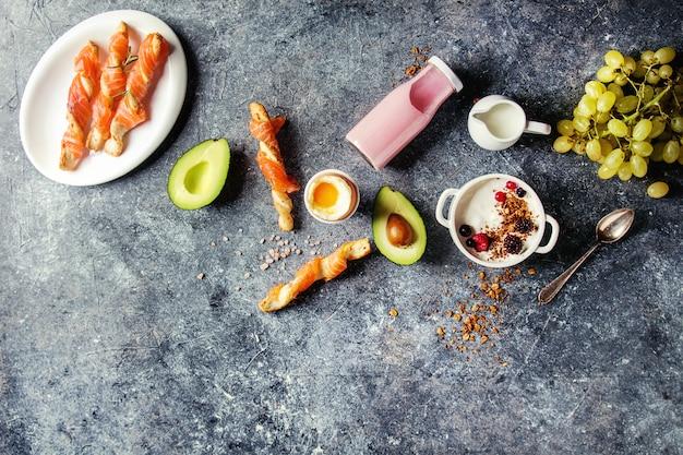 Завтрак с лососем и йогуртом