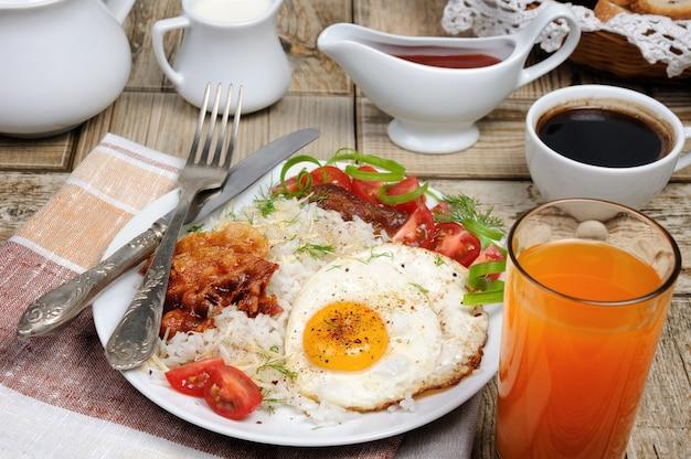 Завтрак - всмятку с яичницей, беконом, ломтиками помидора и зеленью.