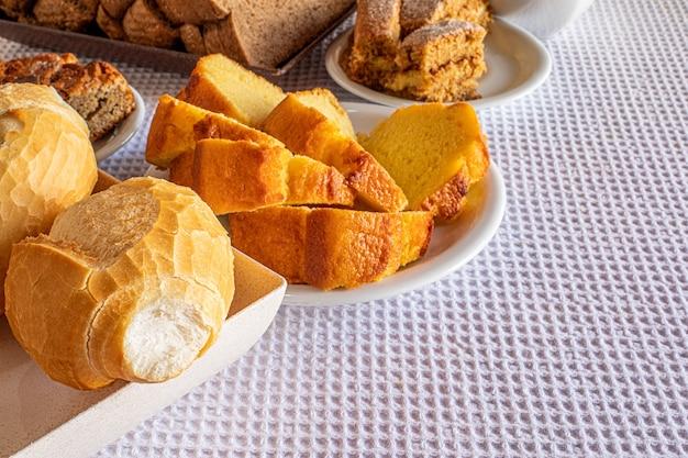Стол для завтрака в отеле со сладостями, пирожными, сырным хлебом и хлебом. бразильская еда и кухня mineira.