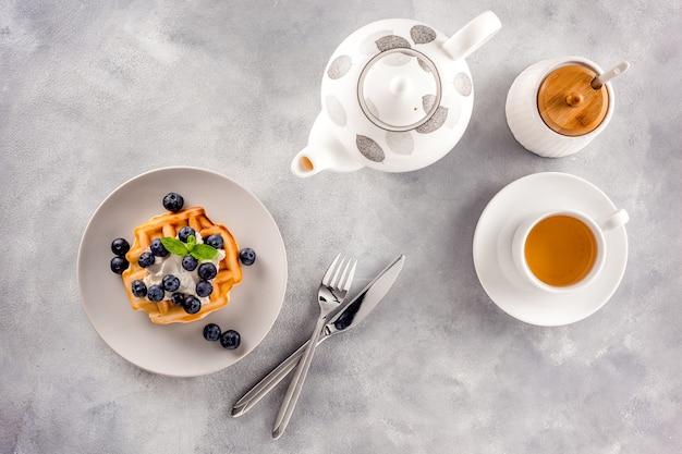 朝食のテーブルセッティング甘いベルギーワッフル
