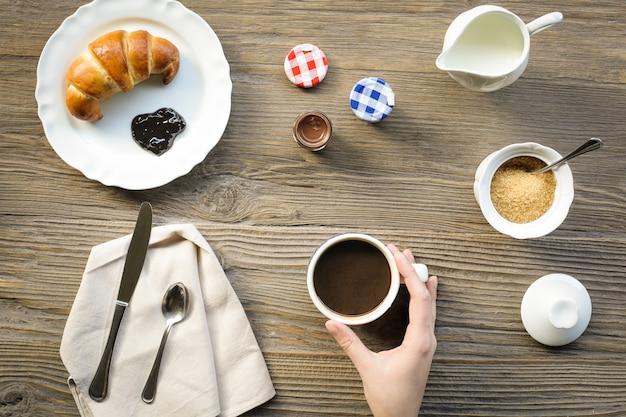 クロワッサンとコーヒーの朝食用テーブル