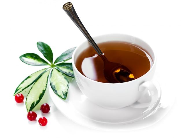 明るい背景の上にカップのbreakfast.tea