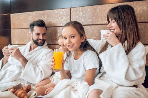 Время завтрака. девушки пьют апельсиновый сок и выглядят счастливыми