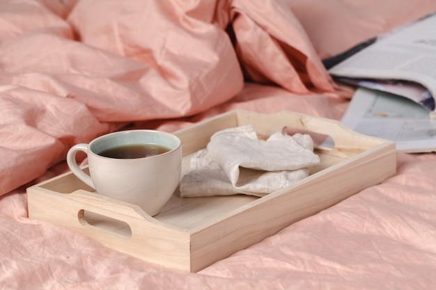 ベッドと自由な場所での朝食時間と牛乳とパンと家のインテリア