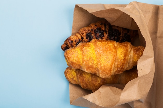 行く朝食-青い空間のクロワッサン。製品の配送。トップビュー、コピースペース