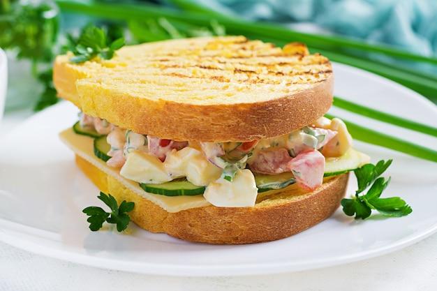 Тост на завтрак. здоровый бутерброд с салатом из помидоров и яиц с сыром на завтрак.