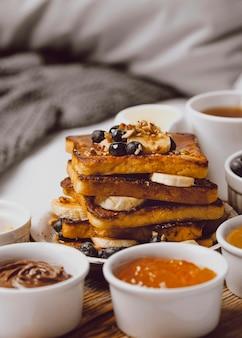 Pane tostato per la colazione con mirtilli e banana