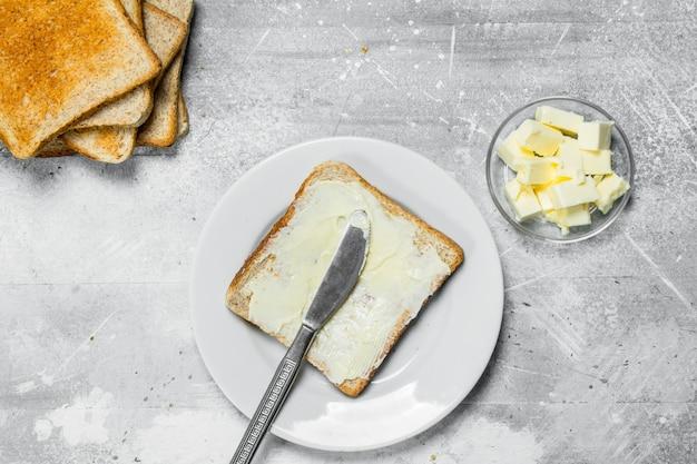 Завтрак. поджаренный хлеб с маслом.