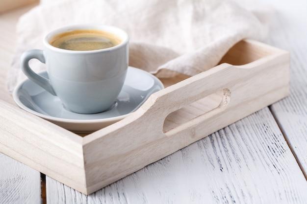 Завтрак, поднос с чашкой кофе и сладостями