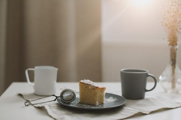 Завтрак с кусочком домашнего торта на тарелке и чашкой кофе Premium Фотографии