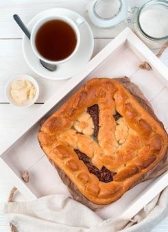 Завтрак с яблочным пирогом на светлом фоне. вид сверху с пространством для копирования.