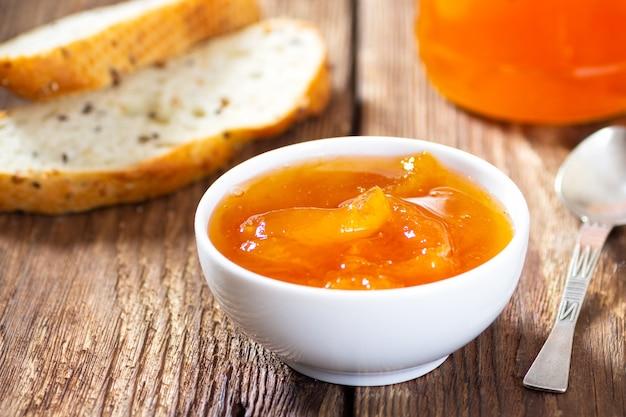 アプリコットジャムとパンのスライスと朝食