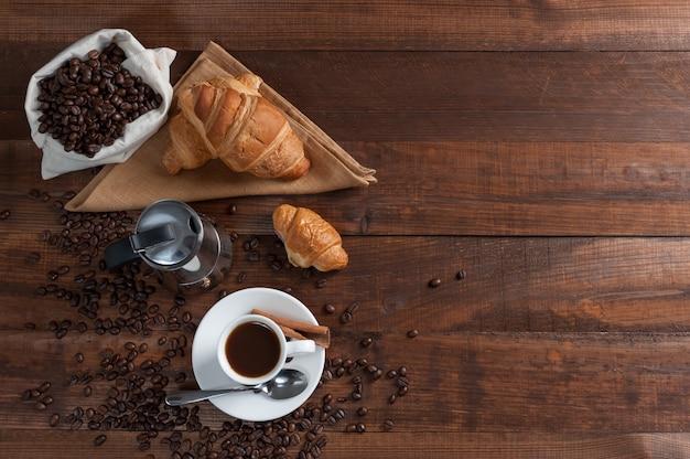 Завтрак с ароматным черным кофе и круассаном, доброе утро, отличное начало дня. кофе-брейк, место для копирования, y
