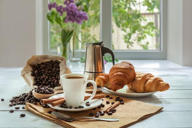 Завтрак с ароматным черным кофе и круассаном, доброе утро, отличное начало дня. кофе-брейк, копия пространства