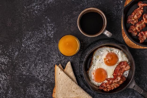 ベーコン、目玉焼き、コーヒー、オレンジジュースの朝食