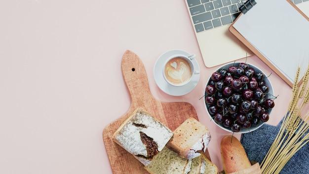 パンと朝食。テーブルの上のタブレット。オンラインマーケティング。