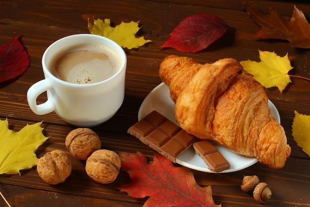 カプチーノとクロワッサンの朝食