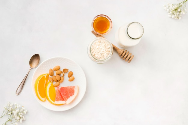 Завтрак с хлопьями и фруктами