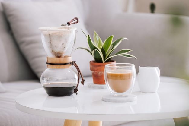 美しいリビング ハウスで提供されるチョコレート ケーキとコーヒーの朝食