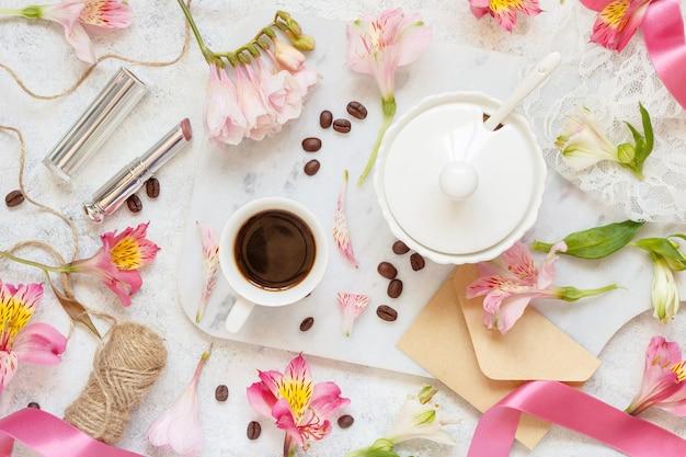 コーヒーとクッキーと朝食は白いテーブルトップビューにクローズアップ