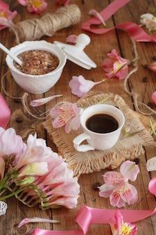 コーヒーとクッキーと朝食は木製のテーブルにクローズアップ Premium写真