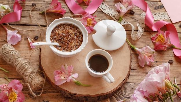 コーヒーとクッキーと朝食は木製のテーブルにクローズアップ