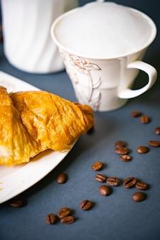 Завтрак с кофе и круассанами