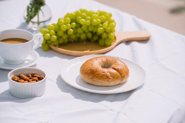 コーヒーパンとフルーツの朝食