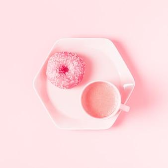 파스텔 핑크 표면에 커피와 함께 아침 식사. 평면 평신도, 평면도.
