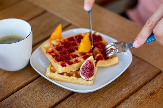 커피가 포함된 아침 식사 잼이 포함된 아침 식사 와플 잼과 과일이 포함된 아침 식사 와플