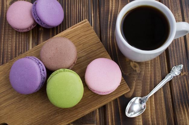 カラフルなマカロンとコーヒーの朝食