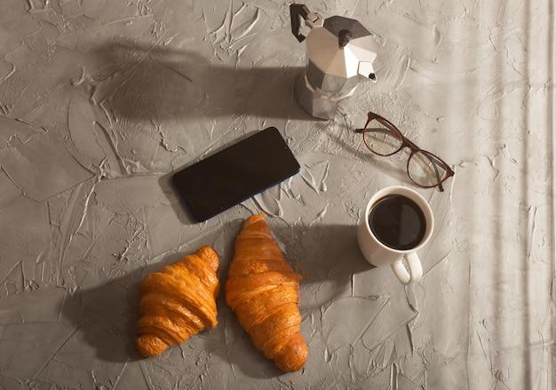 Завтрак с круассаном и кофе и концепция утреннего обеда и завтрака в горшочке мока