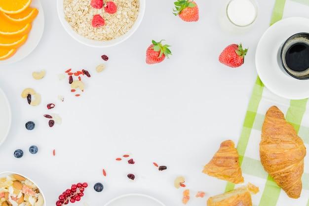 크루아상과 과일로 아침 식사