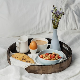 卵とクッキーのハイアングルで朝食